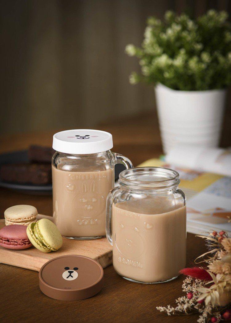 熊大與兔兔對杯以方便飲用杯型設計,還附造型防塵罩。圖/麥當勞提供