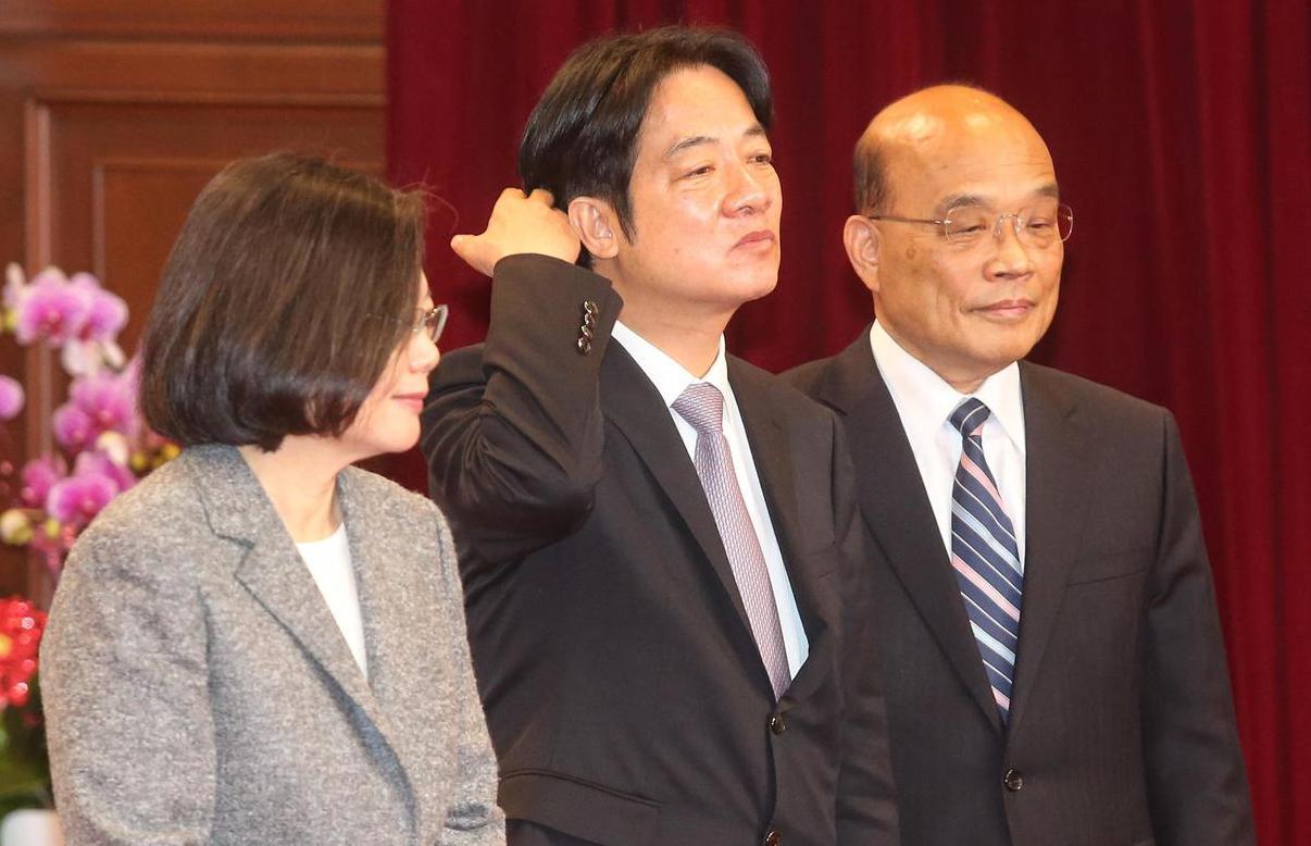 行政院長賴清德(中)提內閣總辭,在拍照前撥了下頭髮;左為蔡英文總統,右為準閣揆蘇...