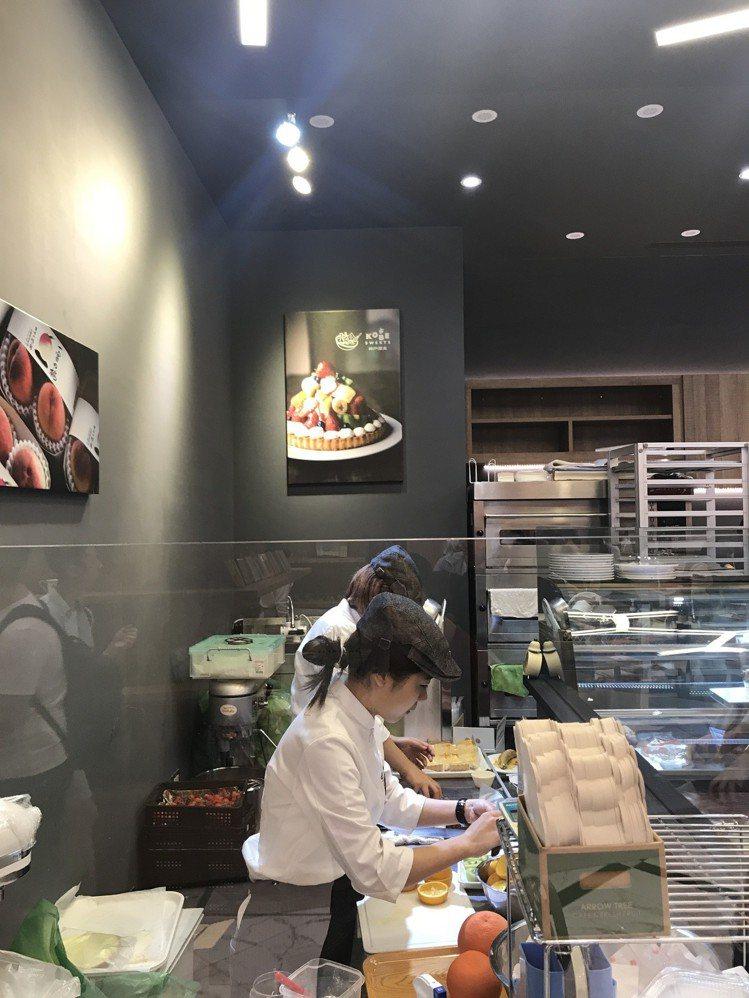 微風南山atré 3樓—Kobe sweets cafe,現場製作新鮮水果甜點。...