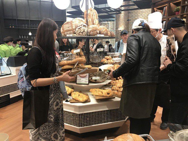 le Boulanger de monge一開幕店內人氣相當高。圖/記者江佩君攝...