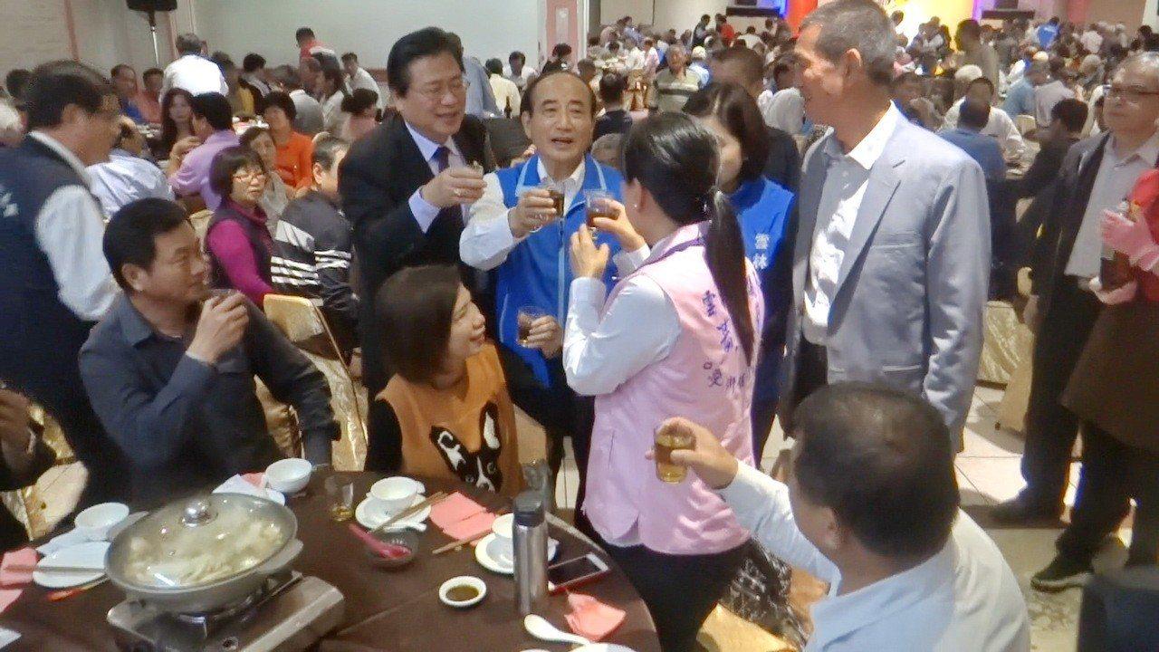 王金平逐桌敬酒,遇到好友也熱情交談,展現人氣。記者蔡維斌/攝影