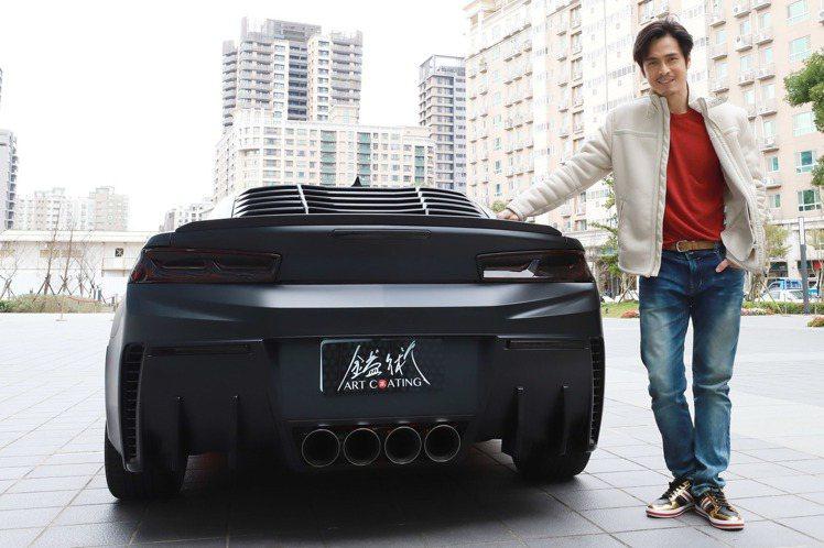 Gino日前錄製民視除夕特別節目時,透露自己新年換新車,引來眾人羨慕目光。原來他的愛車來頭不小,是雪芙蘭的跑車Camaro科邁羅,市價約200萬元,也是電影「玩命關頭」、「變形金剛」中的御用車款。G...