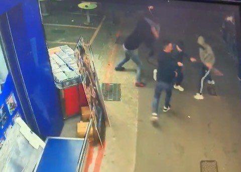 台北市光華商場旁昨(11)晚8時許發生鬥毆事件,4名男子持鋁製球棒、小刀圍毆追砍...