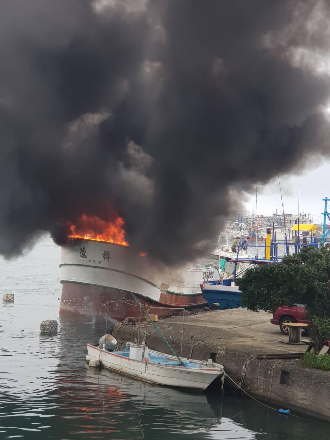 八斗子港內一艘漁船起火燃燒,消防隊前往灌救。圖/基隆區漁會總幹事陳文欽提供