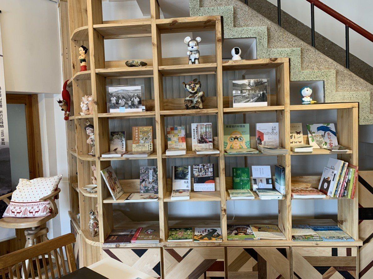 「藍鵲書房」是位在北埔的一間獨立書店,小小的八坪的空間裡,有老闆精心挑生態、藝術...