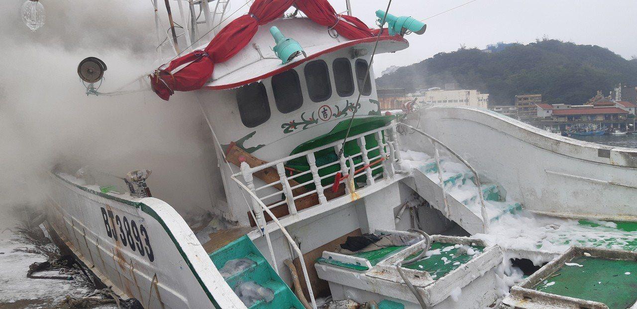 八斗子漁船起火,消防分隊前往灌救。記者賴郁薇/攝影