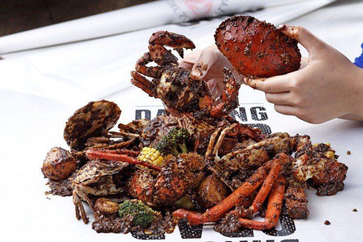 搭配黑胡椒醬的招牌螃蟹組合。圖/DANCING CRAB提供