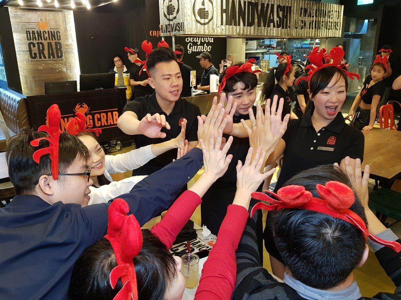 熱情的桌邊舞蹈秀與互動,為DANCING CRAB的一大特色。記者陳睿中/攝影