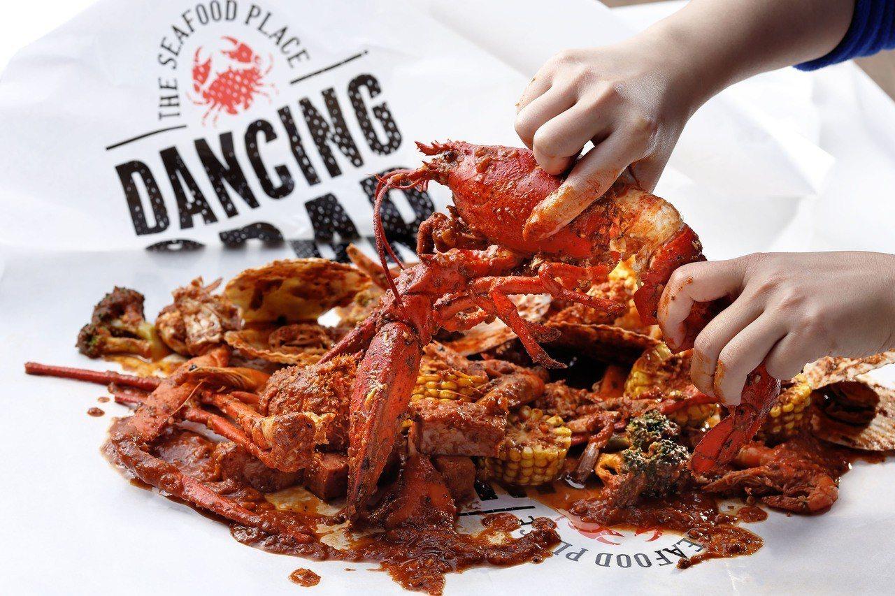 波士頓龍蝦組合,可供約4人食用,2800元。圖/DANCING CRAB提供
