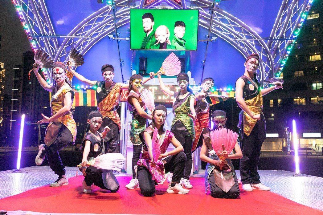 「愛的進化論」與次邀請台灣文化街舞團「T.S.D鐵四帝文化藝術團隊」合作。圖/華