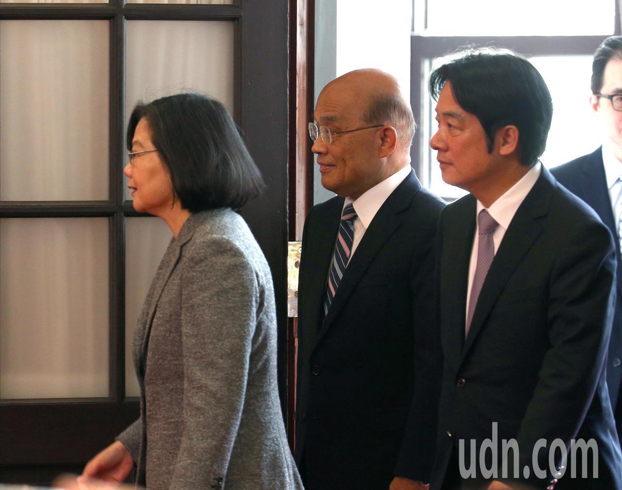 蔡英文總統(左起)上午在即將上任的行政院長蘇貞昌與卸任行政院長賴清德陪同下召開記...