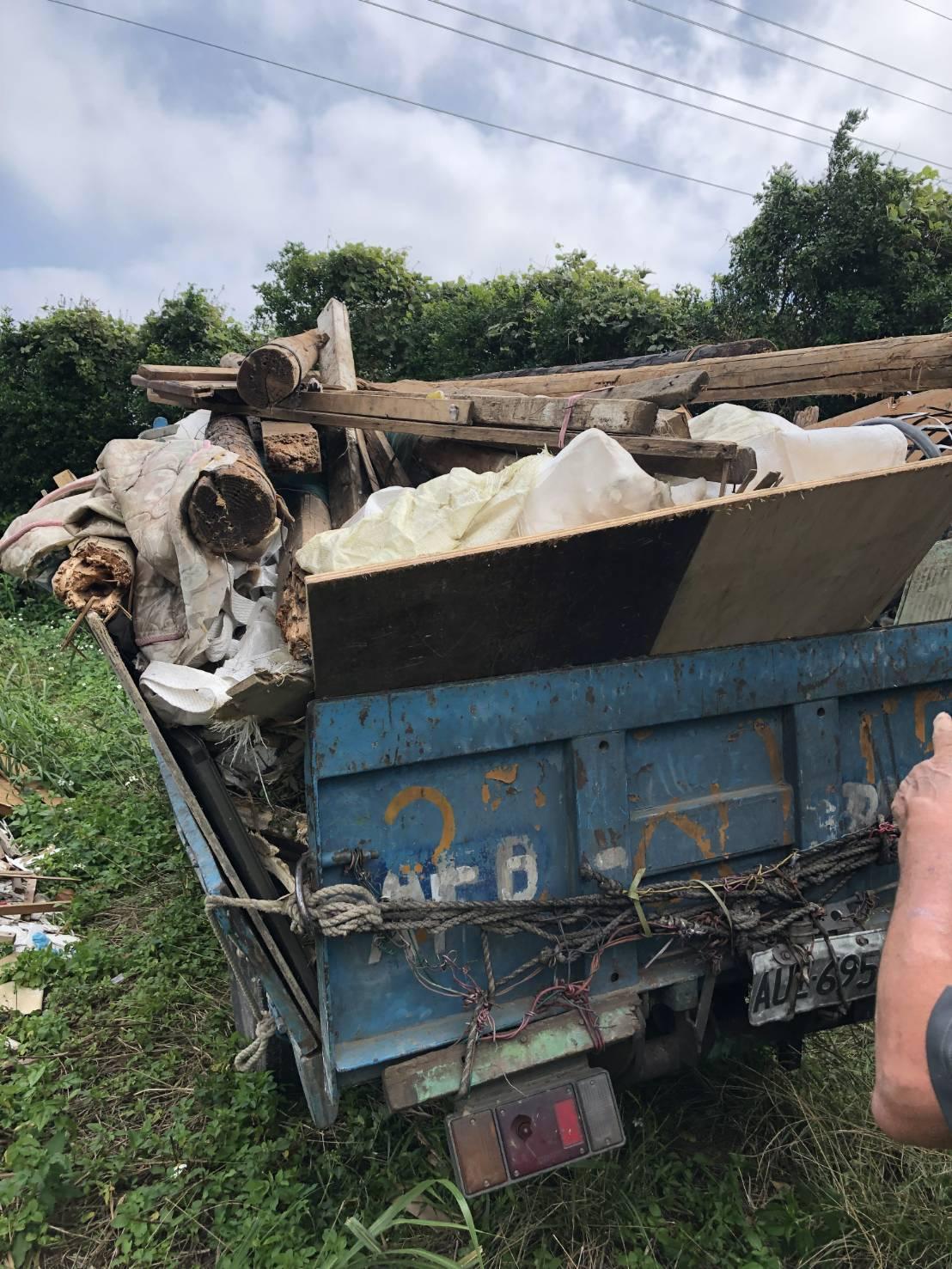 陳姓男子的小貨車上載有大量廢棄物。圖/新埔分局提供