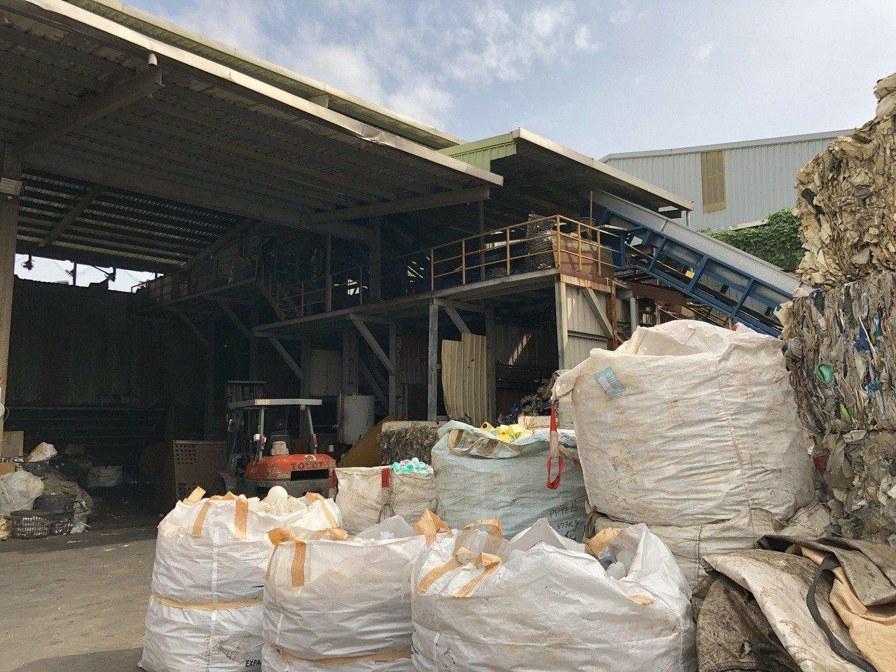 業者將五股垃圾山當作資收物轉運站,新北市環保局已要求業者遷移。圖/新北環保局提供