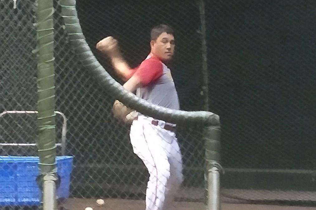 謝佳賢回業餘隊擔任「訓練員」,賽前投球給球員練打。記者婁靖平/攝影