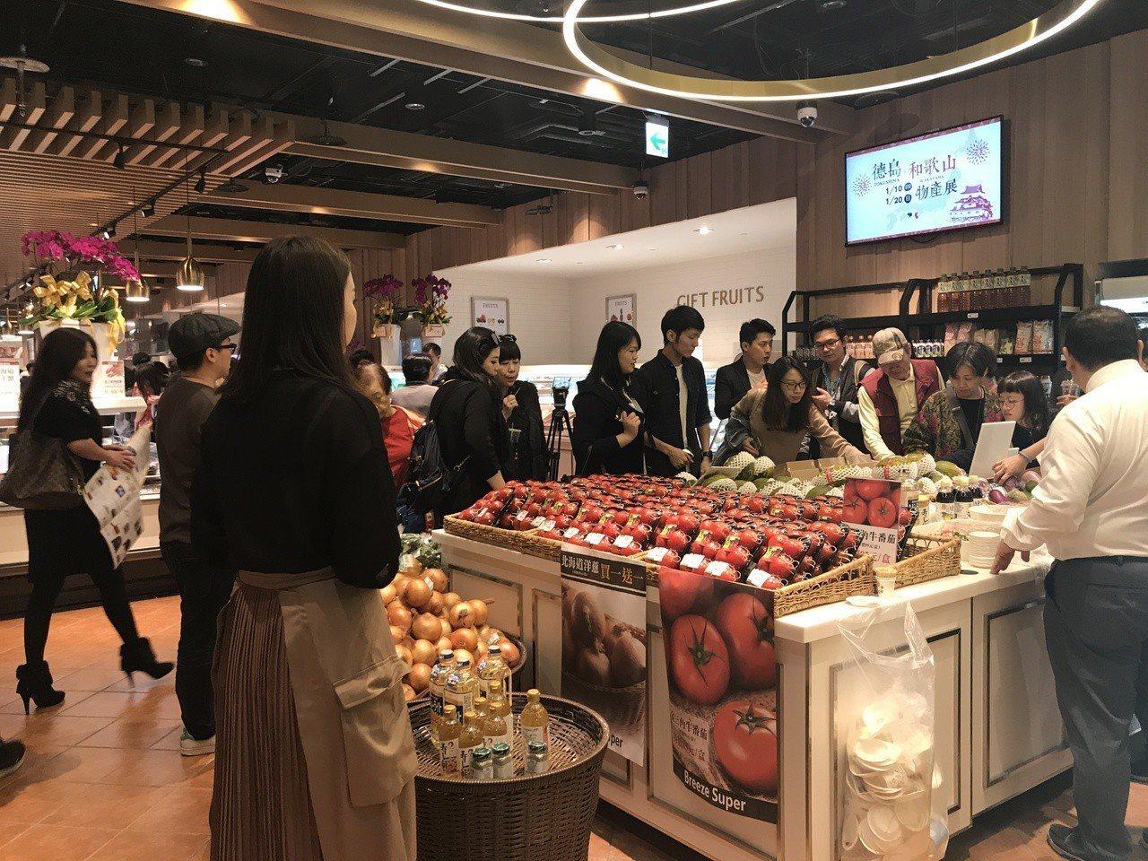 微風超市南山旗艦店商品吸引消費者關注。記者江佩君/攝影