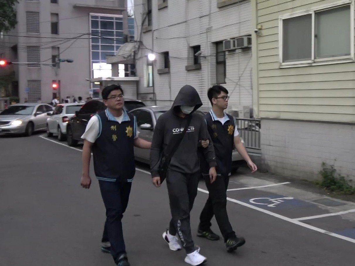 搶奪警車的嫌犯在律師陪同之下,主動向警方投案。記者巫鴻瑋/翻攝