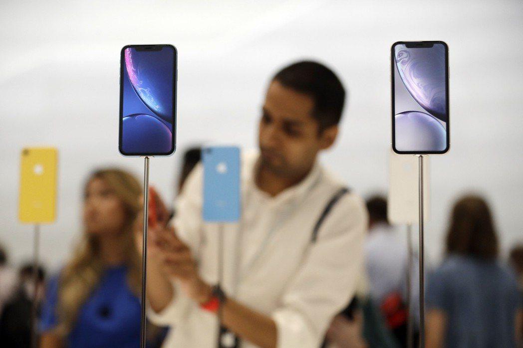 iPhone XR雖然買氣不如預期,但蘋果今年秋季據傳還是會推出後繼機種。美聯社