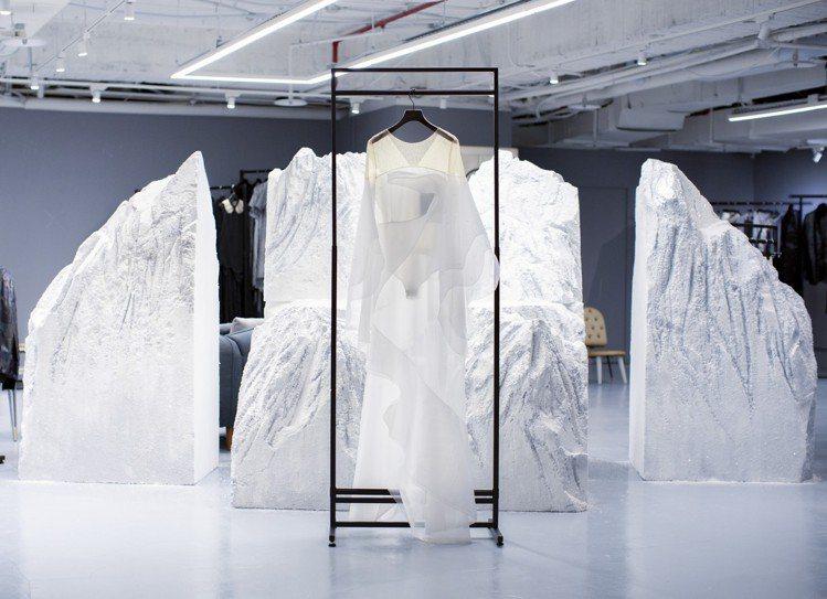 李霽以以春池玻璃的環保玻璃粉營造雪色山景。圖/WANGLILING提供