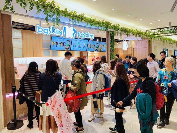 31冰淇淋微風南山門市開幕吸引人潮。圖/記者張芳瑜攝影