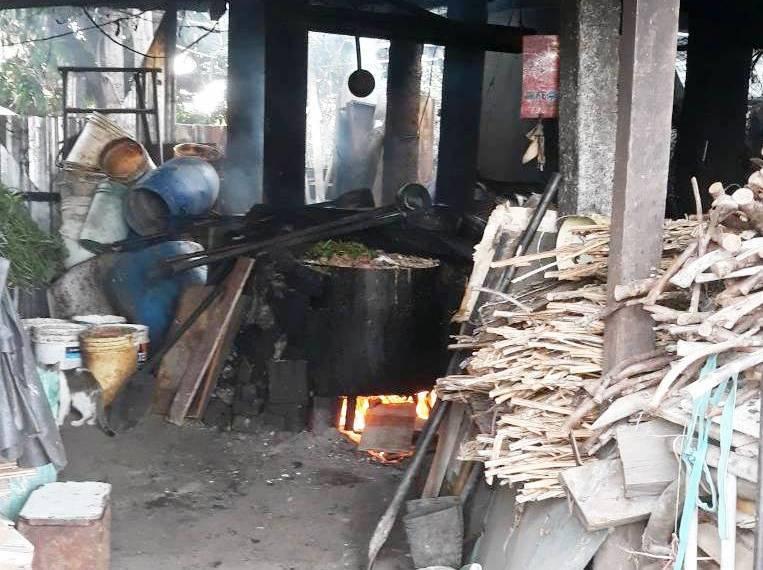 彰化縣仍有部分小型養豬場習慣使用的傳統蒸煮廚餘設備很簡陋。記者何烱榮/翻攝