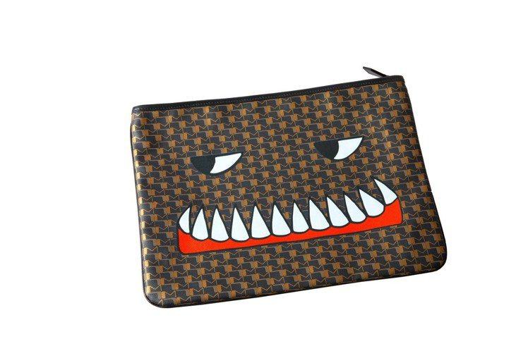 Bad Dreams銅褐色手拿包,售價27,100元。圖/MOYNAT提供