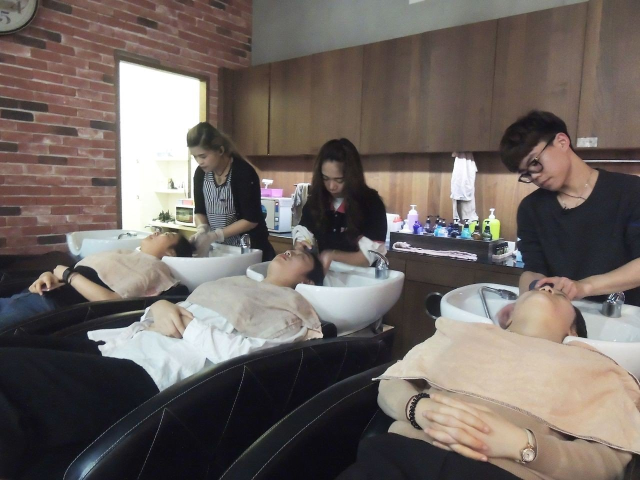 韓國學生體驗台式洗髮。圖/崑大提供