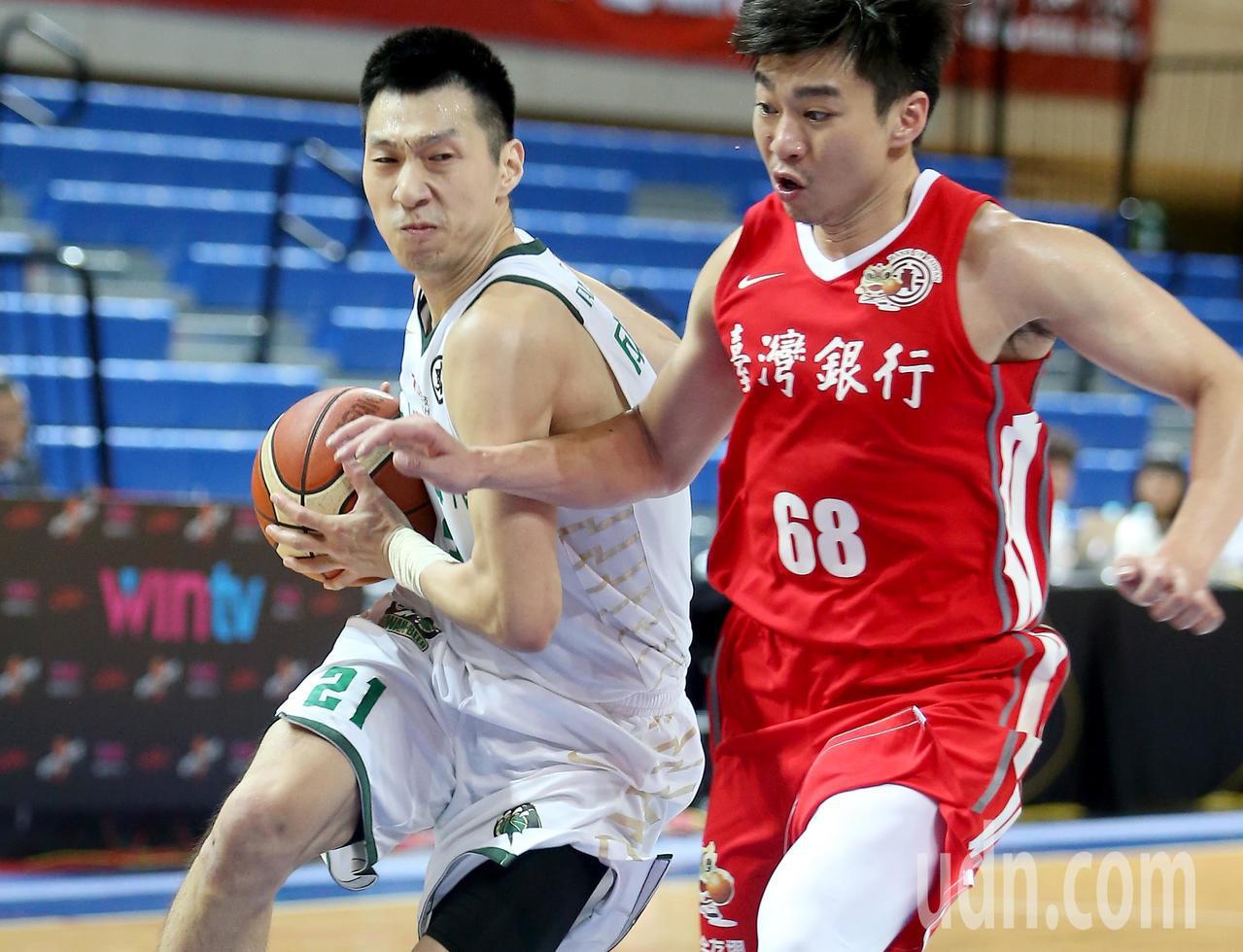 台啤成力煥(左)替補上場得到14分。記者余承翰/攝影