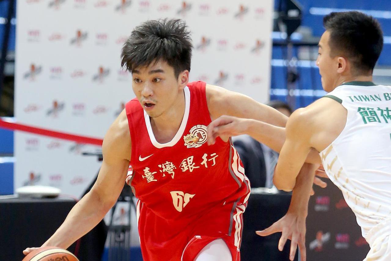 台銀張博勝(左)運球突破台啤簡祐哲(右)防守。記者余承翰/攝影