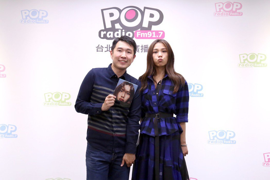 蔡健雅(右)接受俊菖訪問。圖/POP Radio提供