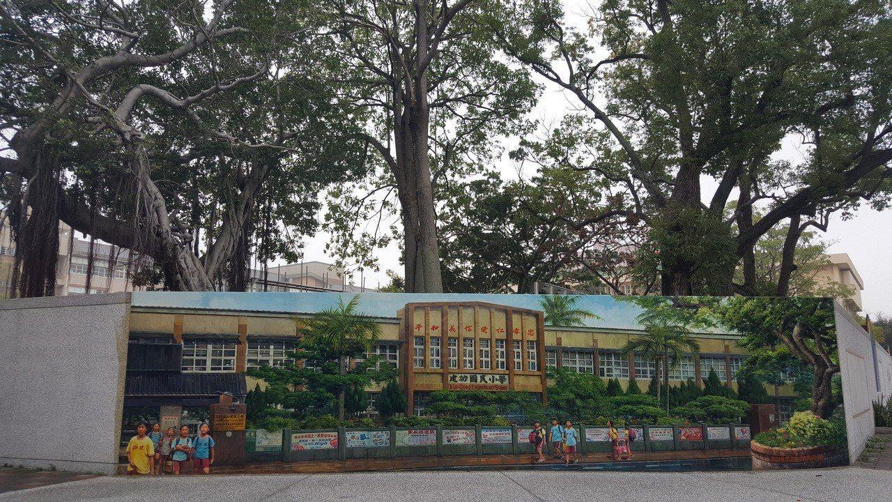 苗栗市建功國小將拆除臨中正路、建功街的老舊教室,重建新校舍,校方去年特別在通學步...