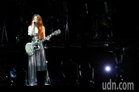 迎接出道20周年,陳綺貞本周四度攻蛋,舉辦一連三天的《漫漫長夜》演唱會,今天首場她就揹起新吉他「白色蜂鳥」,帶給粉絲全新的體驗。