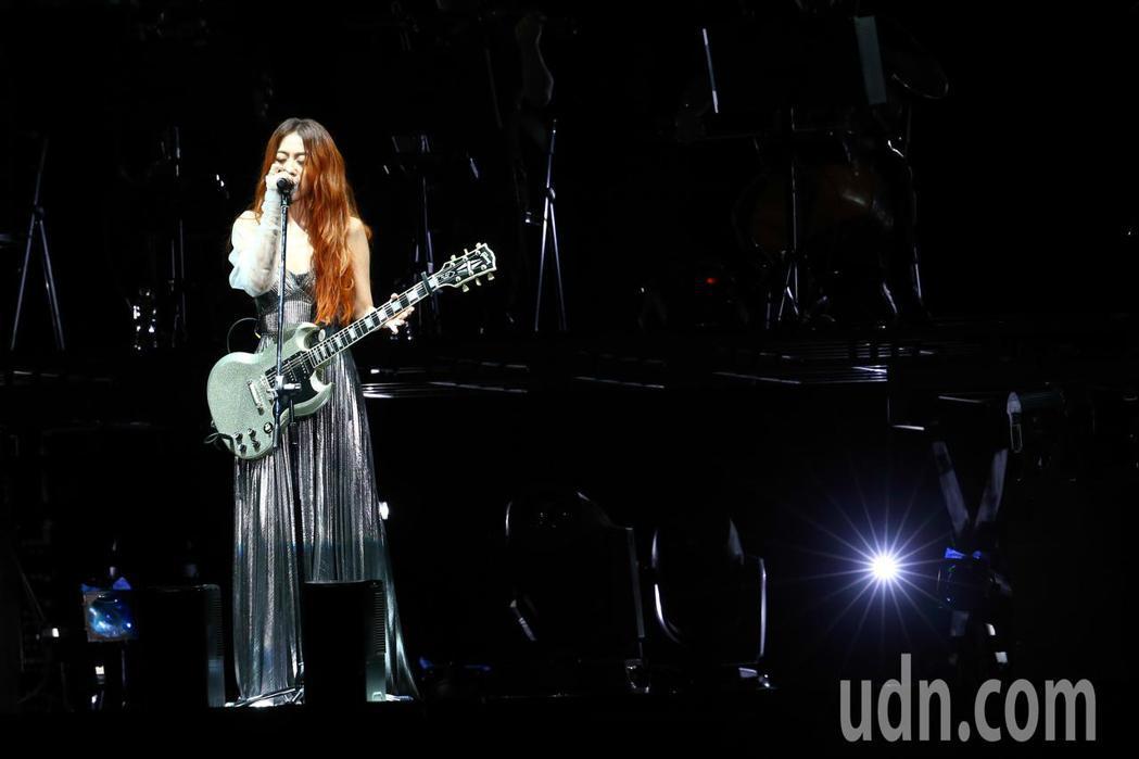 陳綺貞今天在小巨蛋舉辦首日《漫漫長夜》演唱會,並揹上新吉他「白色蜂鳥」。記者葉信