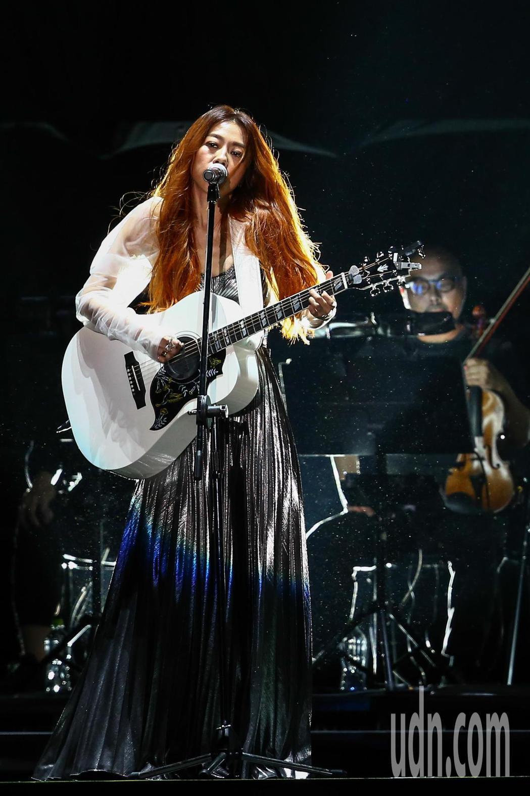 陳綺貞今天在小巨蛋舉辦首日《漫漫長夜》演唱會,並揹上新吉他「白色蜂鳥」。記者葉信...