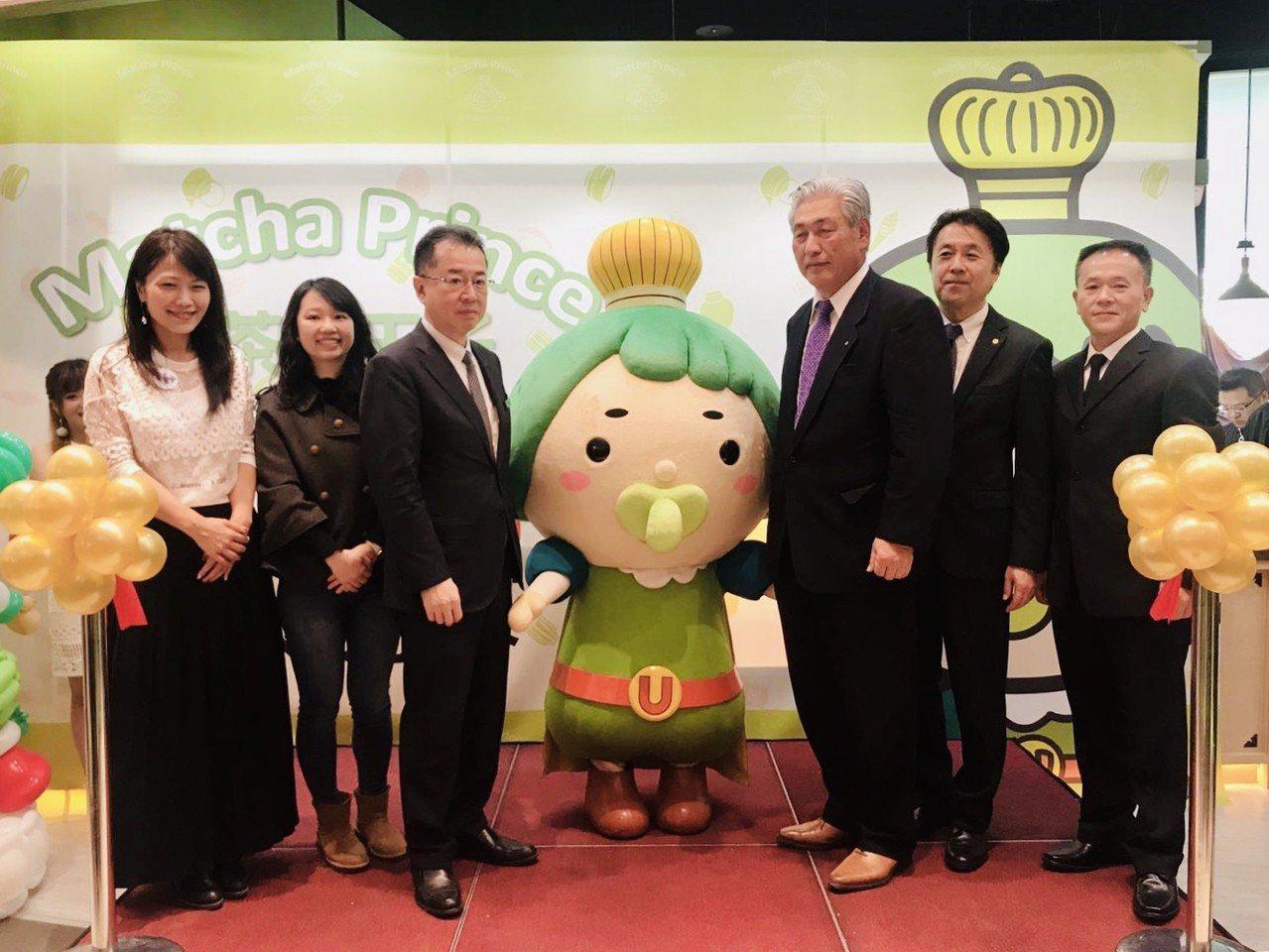 日方宇治官員與家樂福發言人蘇小真(左一),一同出席剪綵儀式。圖/業者提供