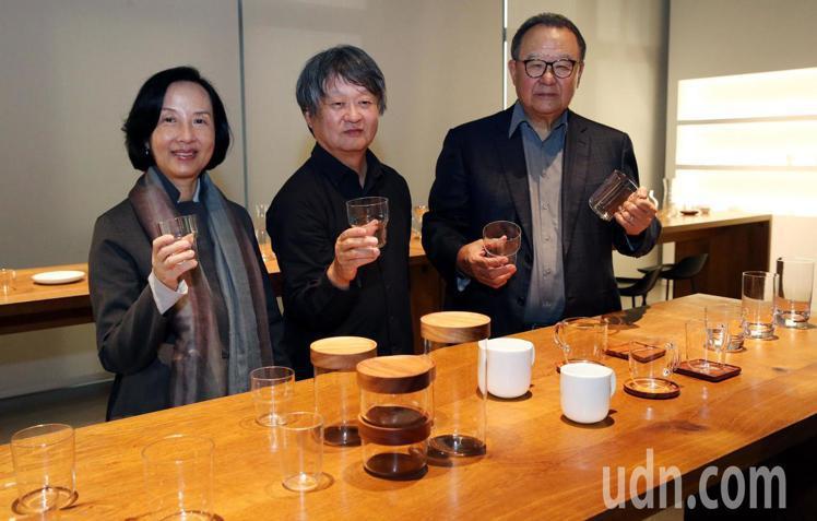 深澤直人(中)與台玻集團總裁林伯實(右)、董事徐莉玲(左)一起出席記者會。記者林...