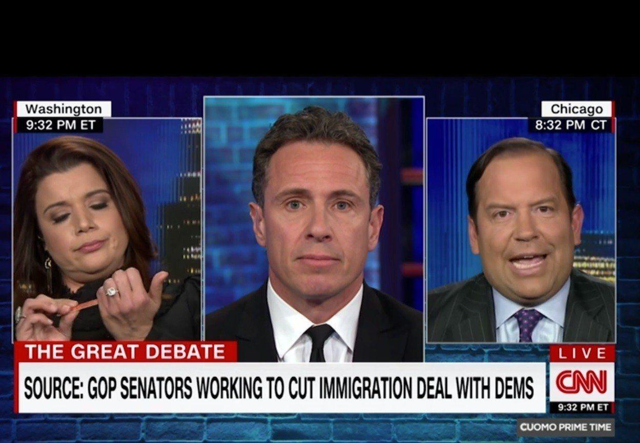 政論評論家納瓦羅(左)不耐柯提茲(右)的發言,在節目中拿起銼刀修指甲。(取自CN...