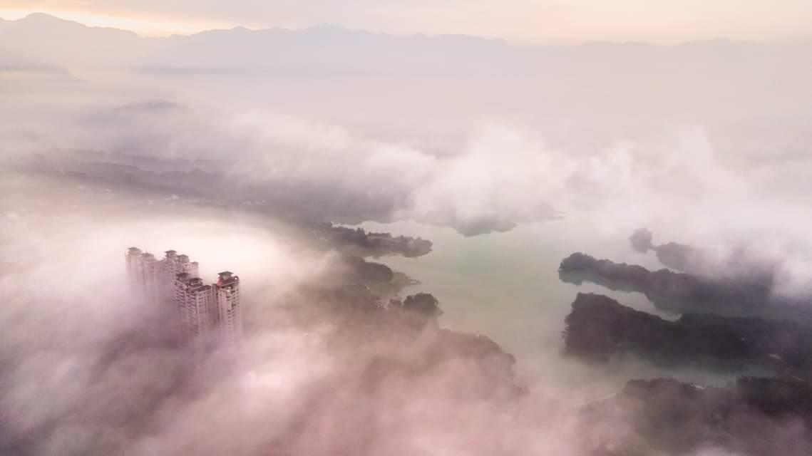 今清晨空汙中空拍嘉義仁義潭水庫和19層大樓嘉南第一景。圖/王士昇提供