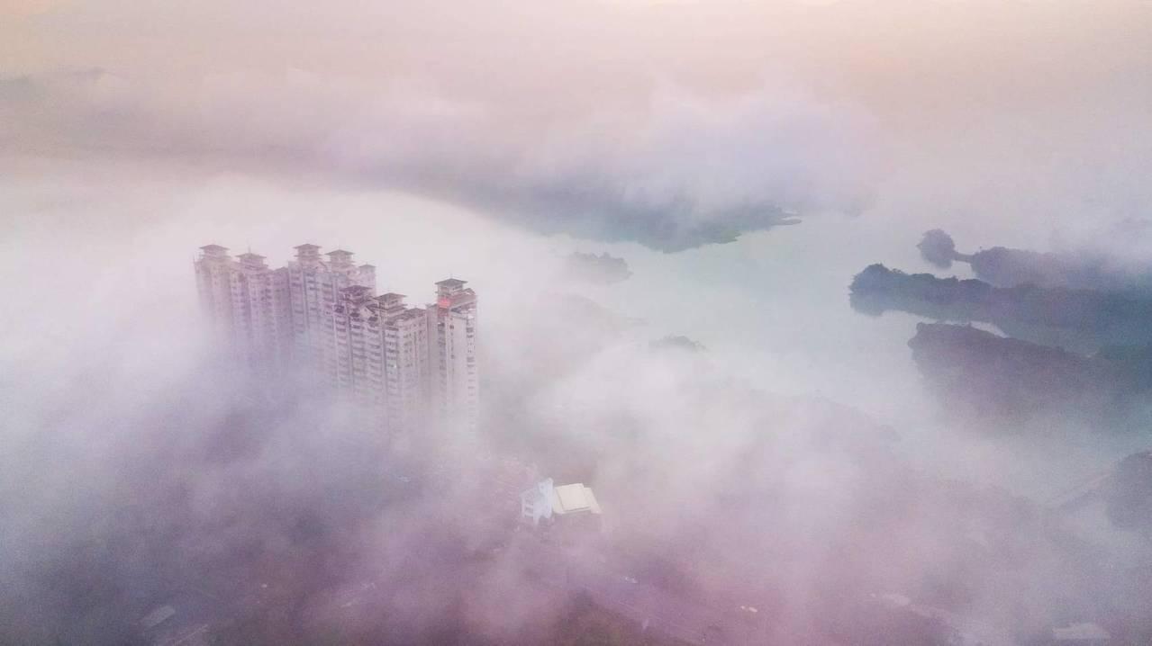 今天清晨空拍嘉義仁義潭水庫和大樓嘉南第一景有如仙境。圖/王士昇提供