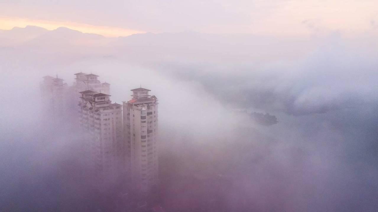 雲霧中的19層大樓嘉南第一景。圖/王士昇提供