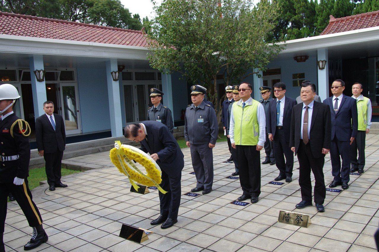 敬軍團在慈湖向蔣中正總統靈前獻花。記者程嘉文/攝影