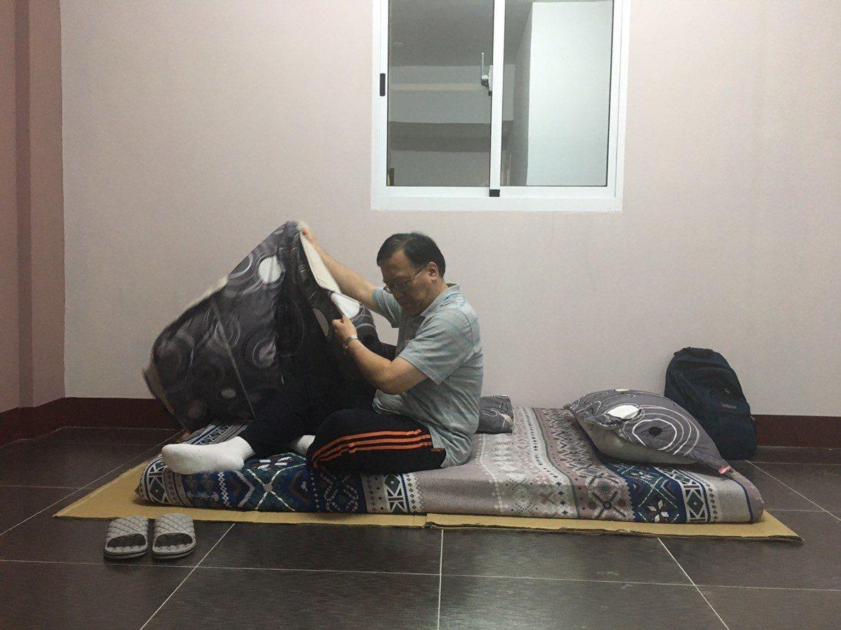 高雄市環保局長袁中新今晚夜宿在興達電廠附近,借住民家。圖/高雄市環保局提供