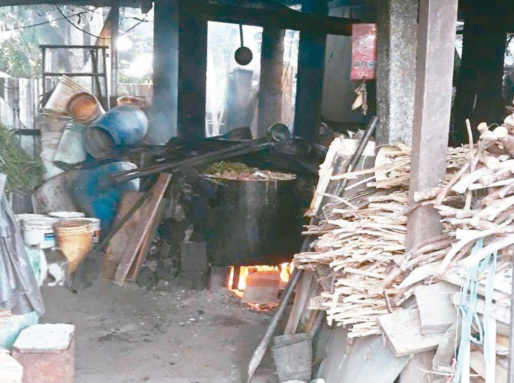 彰化縣仍有小型養豬場使用傳統蒸煮廚餘設備很簡陋。 記者何烱榮/翻攝