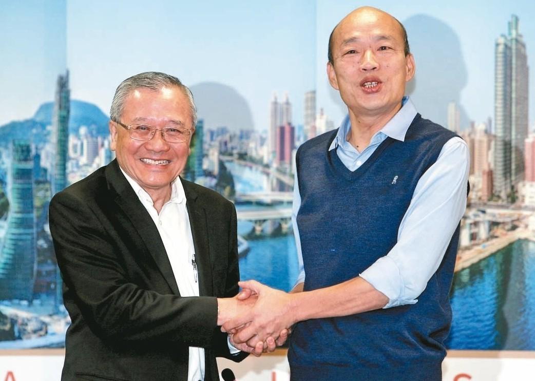高雄市長韓國瑜(右)昨天與中油董事長戴謙在市府會面,討論未來合作方向,未談外界關...
