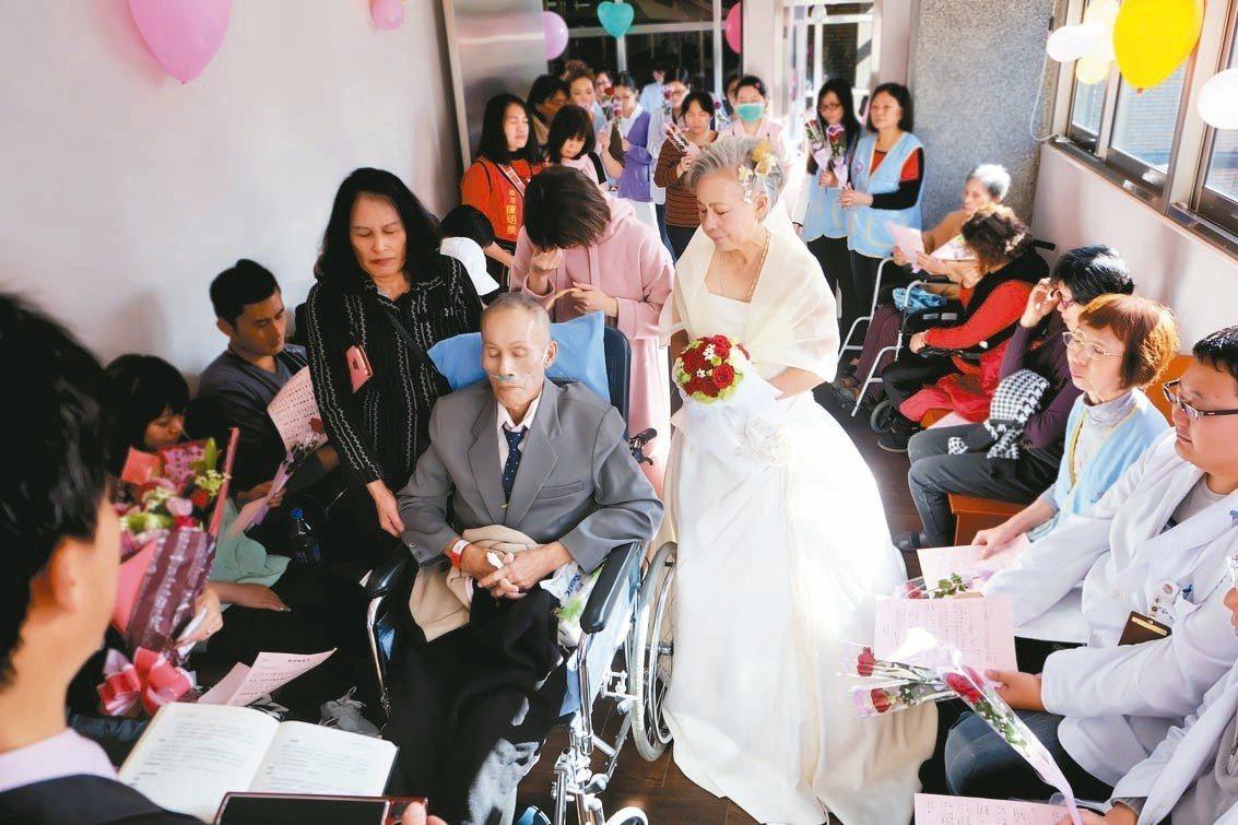 黃月花與王金泉在親友見證下於病房舉辦婚禮,場面溫馨感人。 圖/醫院提供