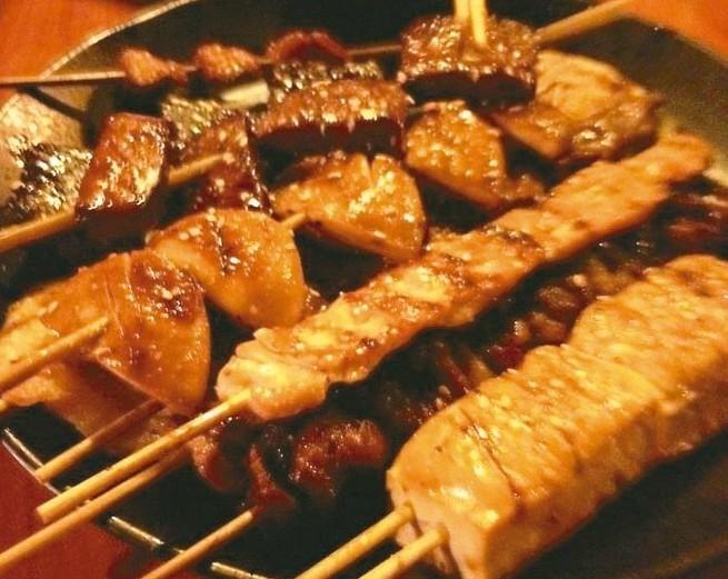 平凡的烤肉串,靠著老闆的烤功和獨門醬料,變成不平凡的平民小吃。 記者陳珮琦/攝影