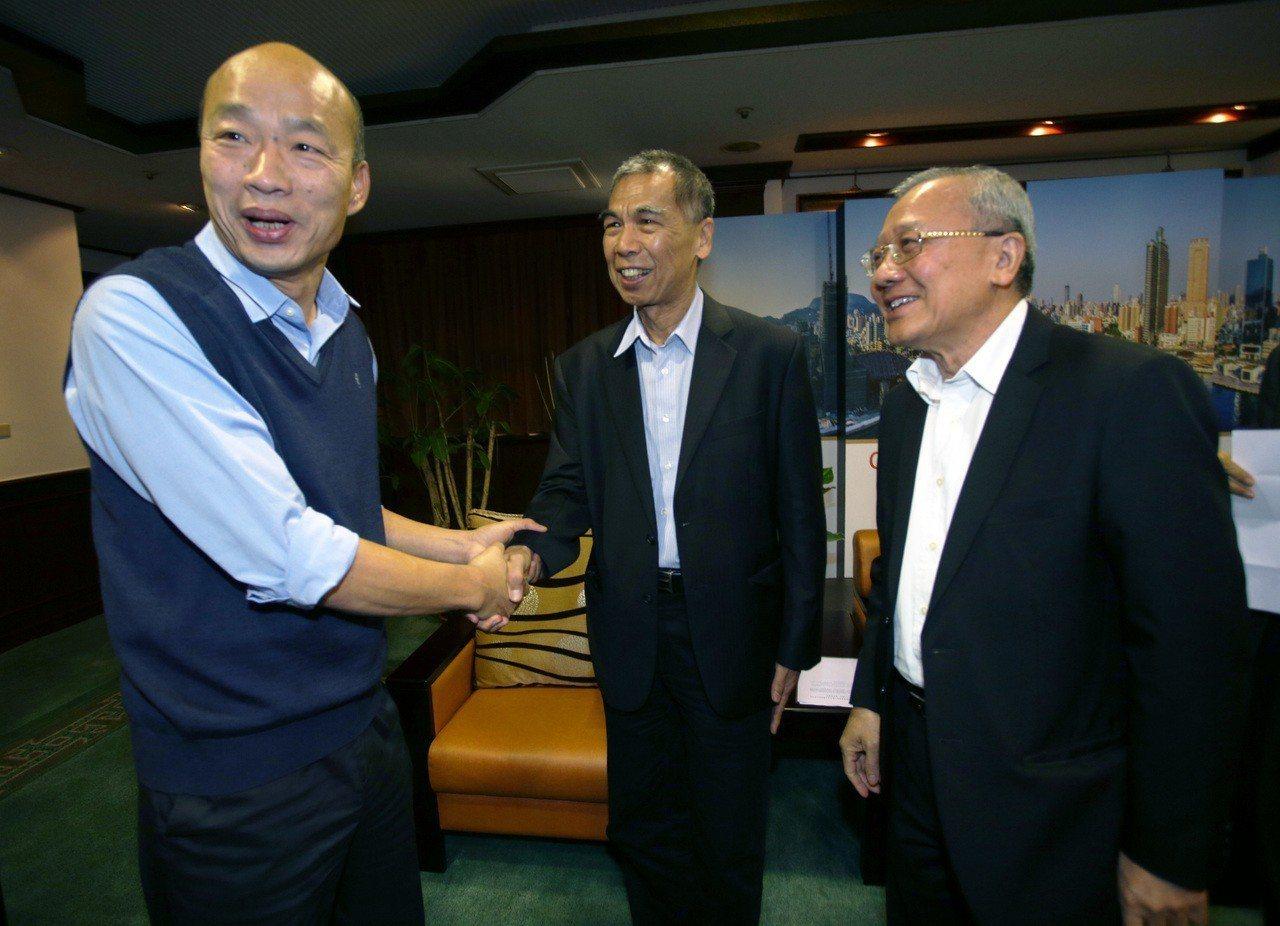 高雄市長韓國瑜(左)上午與中油董事長戴謙(右一)與總經理李順欽(右二)在市府會面...