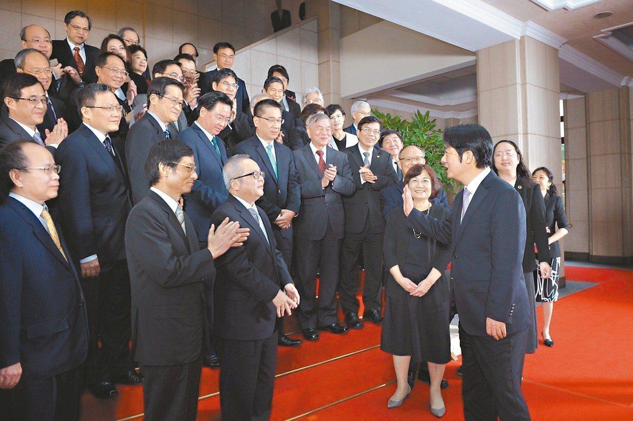 行政院長賴清德(前右)昨率內閣總辭,他說,「有緣的話,我們會在壯大台灣的路上再度...