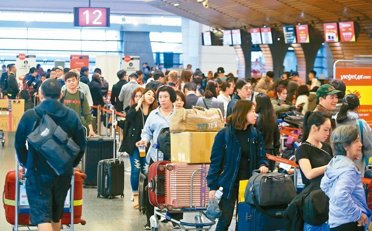 桃園機場今年春節恐大塞機,預估每天平均起降航班八百架次,遠超去年的七百架次,平均...
