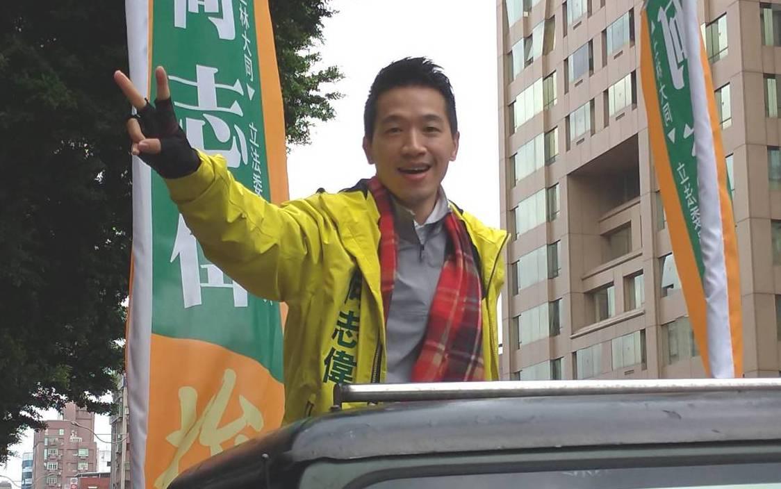 民進黨立委候選人何志偉昨天持續在選區以車隊地毯式拜票。記者莊琇閔/攝影