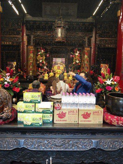 今年豬年逢太歲,大安區農會決定依傳統為台灣豬祈福,昨天前往大甲鎮瀾宮舉行安太歲儀...